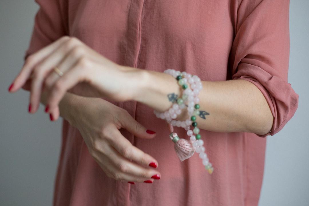 Achtsame Kommunikation kommunizieren Hand aufs Herz Gespräch Konflikt Achtsamkeit Nähe Verbundenheit Liebe Offenheit Klarheit achtames kommunizieren