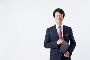 微笑むビジネス服の男性