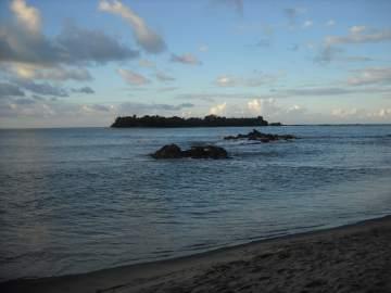 île près de la plage de Fénerive-est à Madagascar
