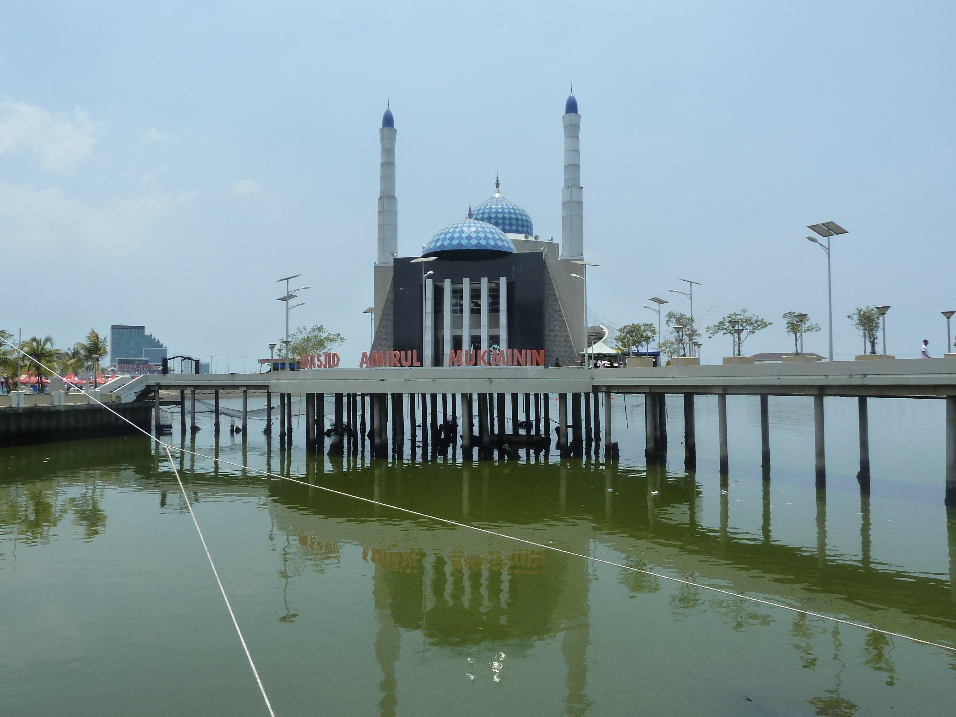 Mosquée sur pilotis à Makassar