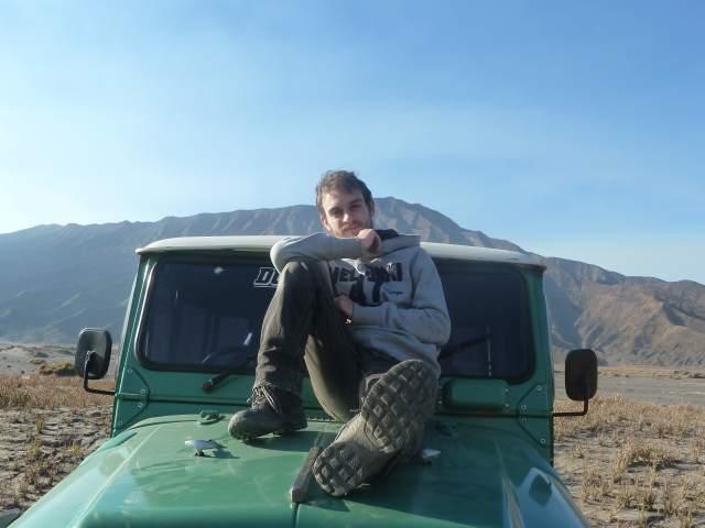 photo de moi sur une jeep verte dans la caldeira du mont Bromo