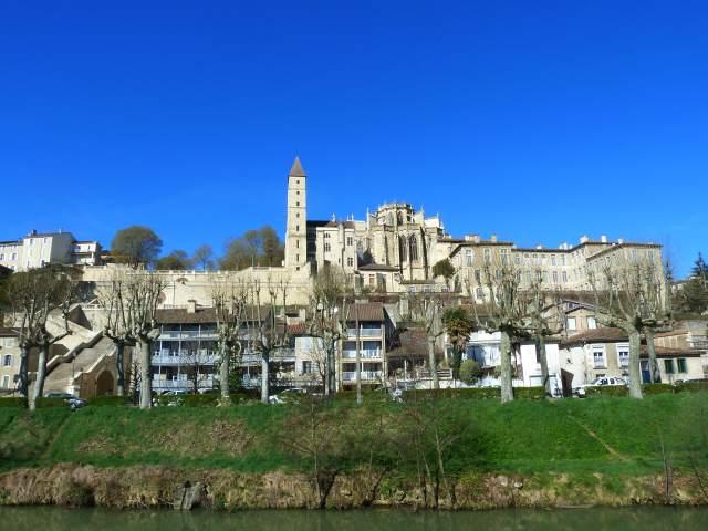 Vue sur le centre historique d'Auch : cathédrale, tour d'Armagnac...