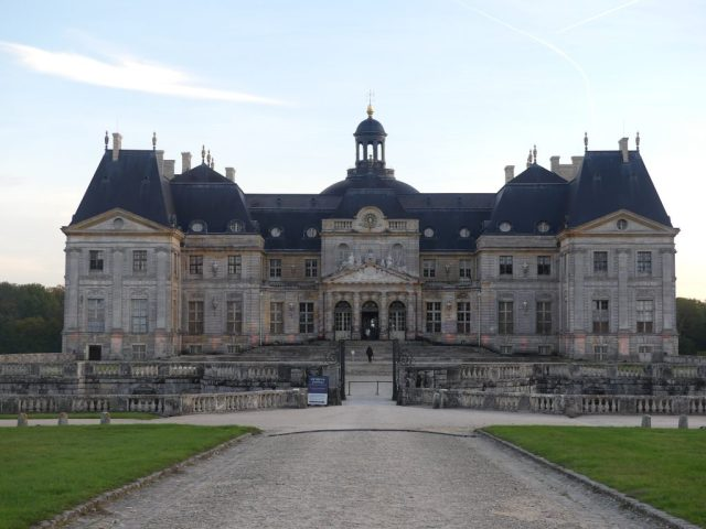 château de vaux-le-vicomte vu de l'entrée