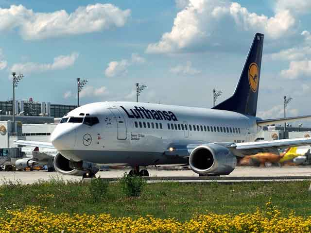 Lufthansa Boeing 737 on taxiway.