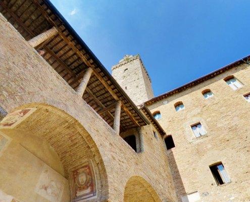 palazzo del popolo di san gimignano chiostro