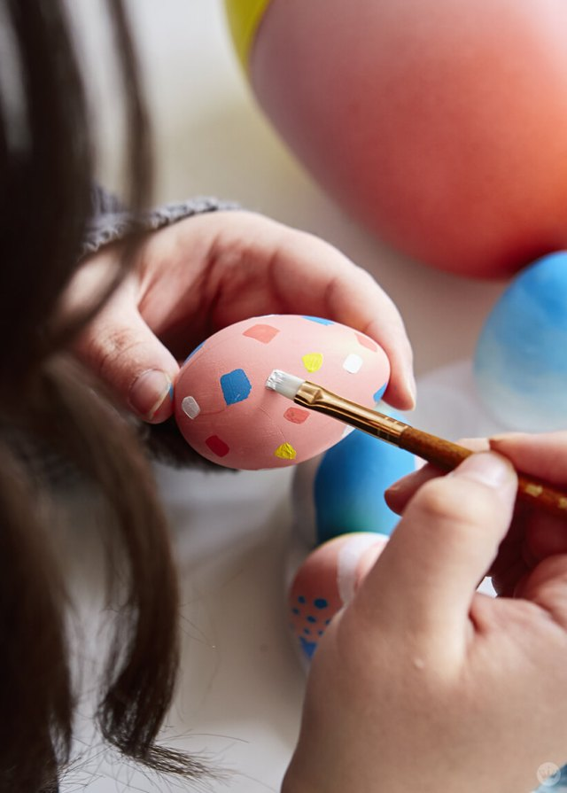"2019 Easter egg decorating ideas: painting ""confetti"" on an egg"