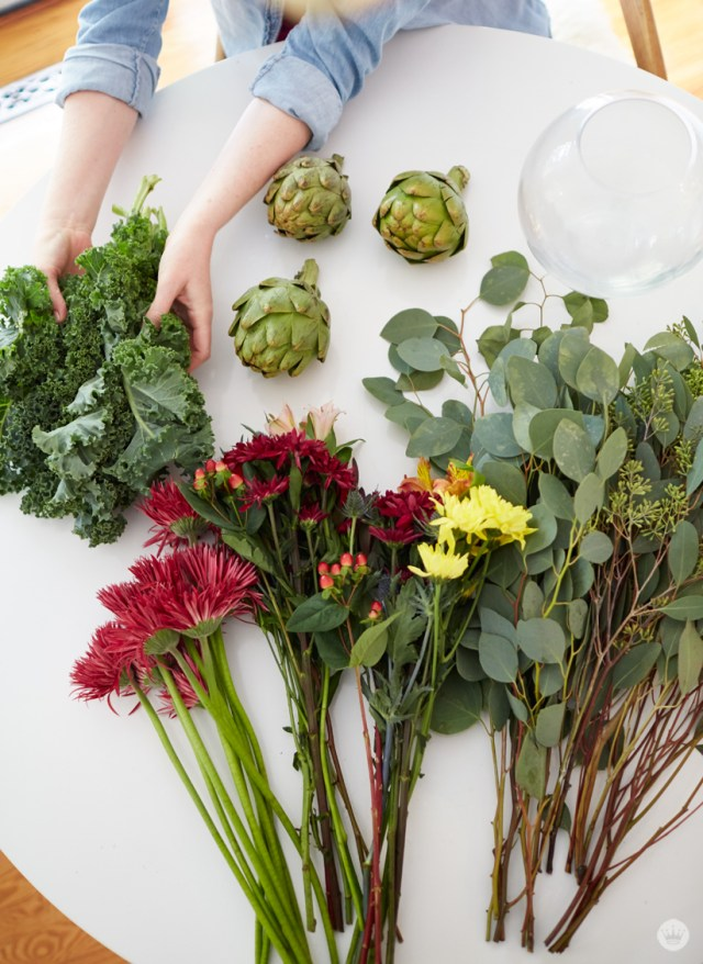 Friendsgiving tabletop inspiration | create a beautiful floral centerpiece from grocery store flowers | thinkmakeshareblog.com