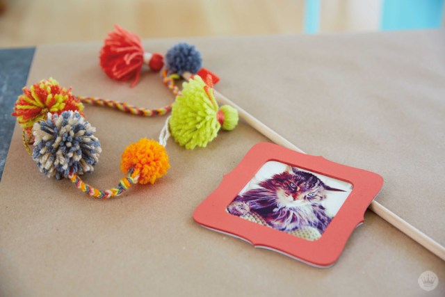 Make your own DIY POM POM CAT WAND | thinkmakeshareblog.com