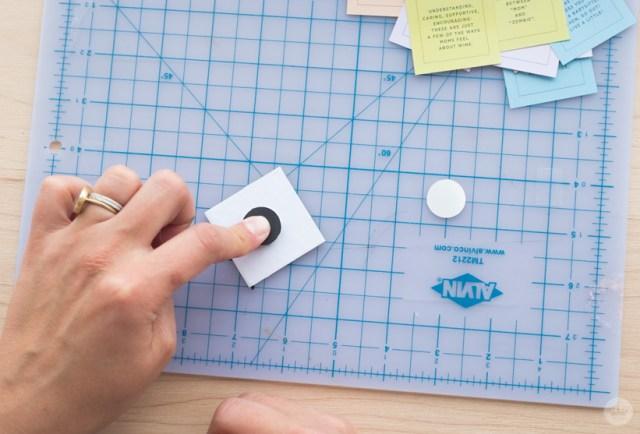 Application de l'aimant à l'arrière du carré acrylique.