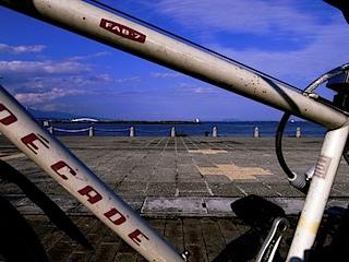 自転車のフレームから望む琵琶湖
