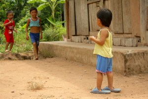 Image of children playing in Xom Pung Village.