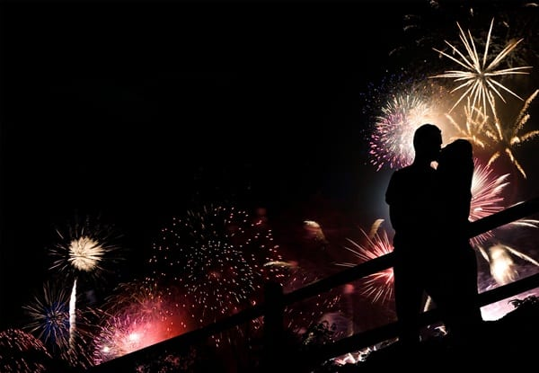Kissing at midnight, as shown in the picture, is one of the 5 New Year's Eve tidbits.