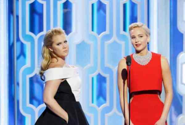 Amy Schumer and Jennifer Lawrence had a comedic moment at the 2016 Golden Globes.