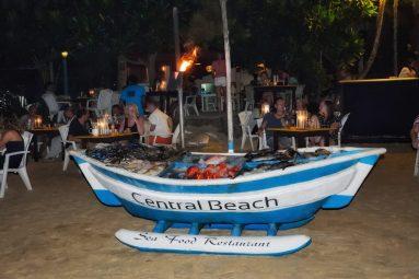 Il banco del pesce di uno dei ristoranti sulla spiaggia di Mirissa