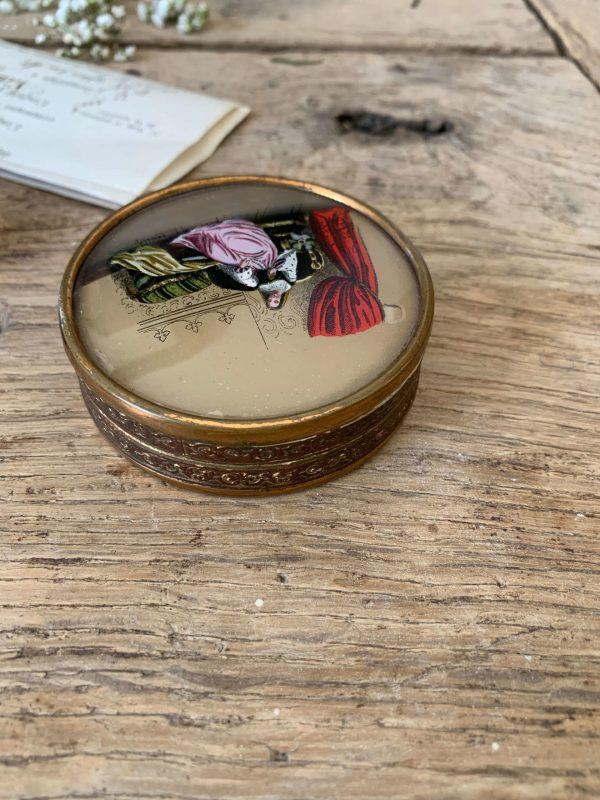 ancienne boite à dragées 19eme fixé sous verre