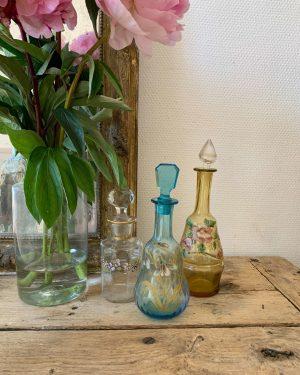 ancien flacon en verre fin 19èeme decor de fleurs émaillé