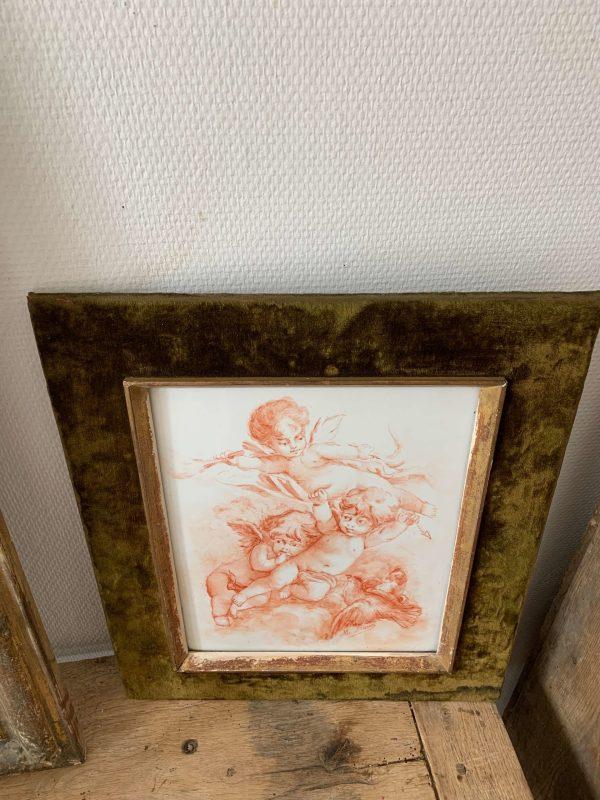 ancienne peinture sur ceramiique anges putti cadre velours