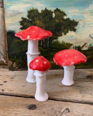 anciens champignons en céramique rouge