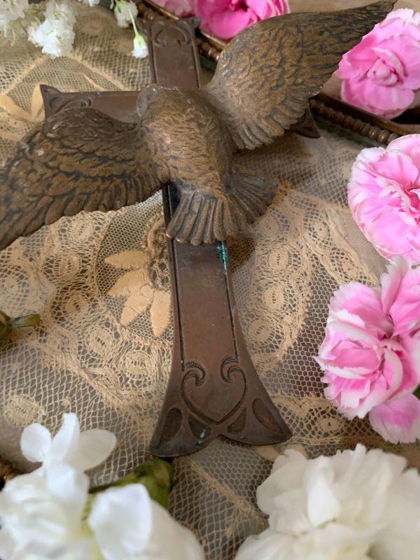 ancienne croix en laiton colombe