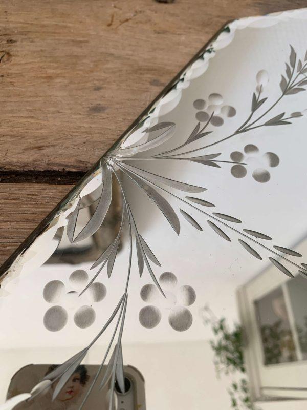 ancien miroir biseauté et ciselé fleurs