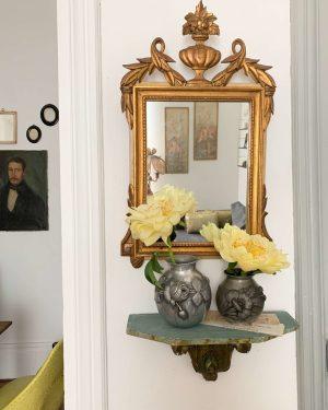 ancien vase en étain décor repoussés fleurs