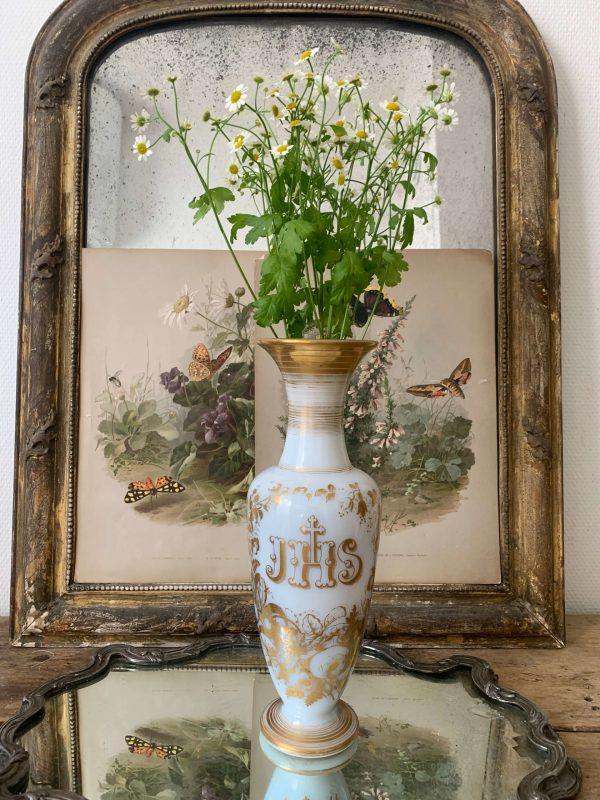 ancien vase d'église en opaline blanche xixeme