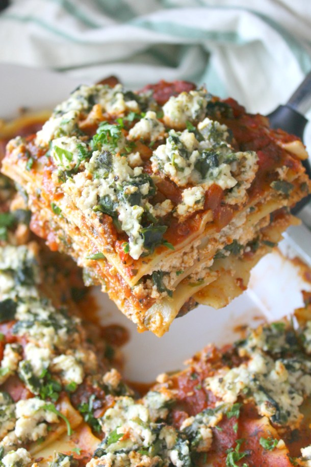 Hearty layers of vegan ricotta, spinach and simple marinara sauce make this the Best Vegan Lasagna. A simple vegan dinner that is a great make ahead meal | ThisSavoryVegan.com #thissavoryvegan #veganlasagna #mealprep