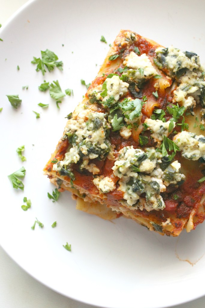 Hearty layers of vegan ricotta, spinach and simple marinara sauce make this the Best Vegan Lasagna. A simple vegan dinner that is a great make ahead meal   ThisSavoryVegan.com #thissavoryvegan #veganlasagna #mealprep