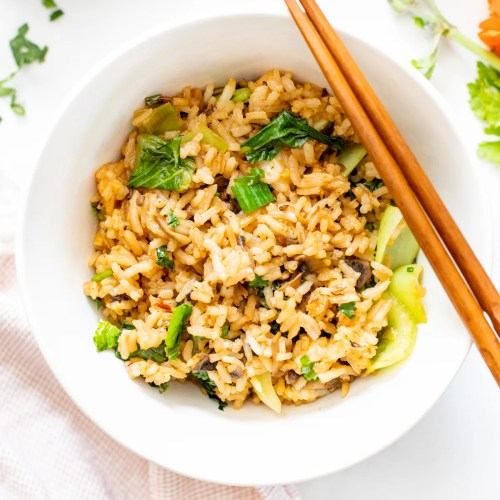 This Vegan Sesame Ginger Fried Rice is packed with flavor and bulked up with mushrooms and bok choy. A quick snack or side dish | ThisSavoryVegan.com #thissavoryvegan #friedrice #vegansides
