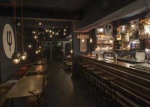 Ein Blick in die Bar Kleines Phi in Hamburg