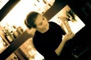 Die Bartenderin in der Bar Ona Mor in Köln