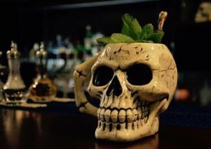 Der Totenkopfbecher in der Charles Bar in Wittenberg