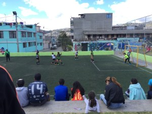Frauenfußball in Quito(der Ball kommt links)