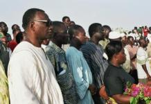 Ernest Nongma Ouedraogo (1er à gauche)au cimétière de Dagnoen le 15 octobre 2004 (photo Bruno Jaffré)
