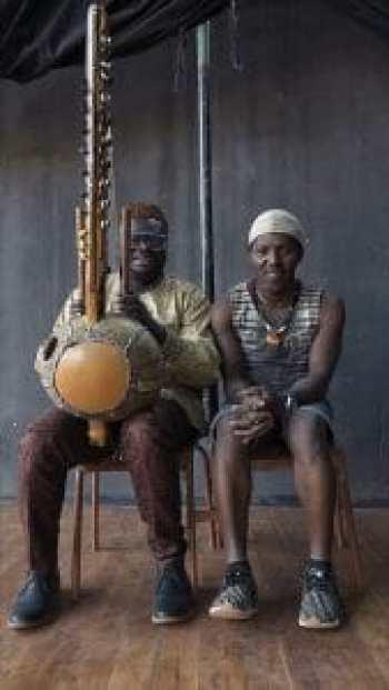 Bikontine et son compère Sanou Domba à la kora - La Dernière trompette © Frédérique Lagny