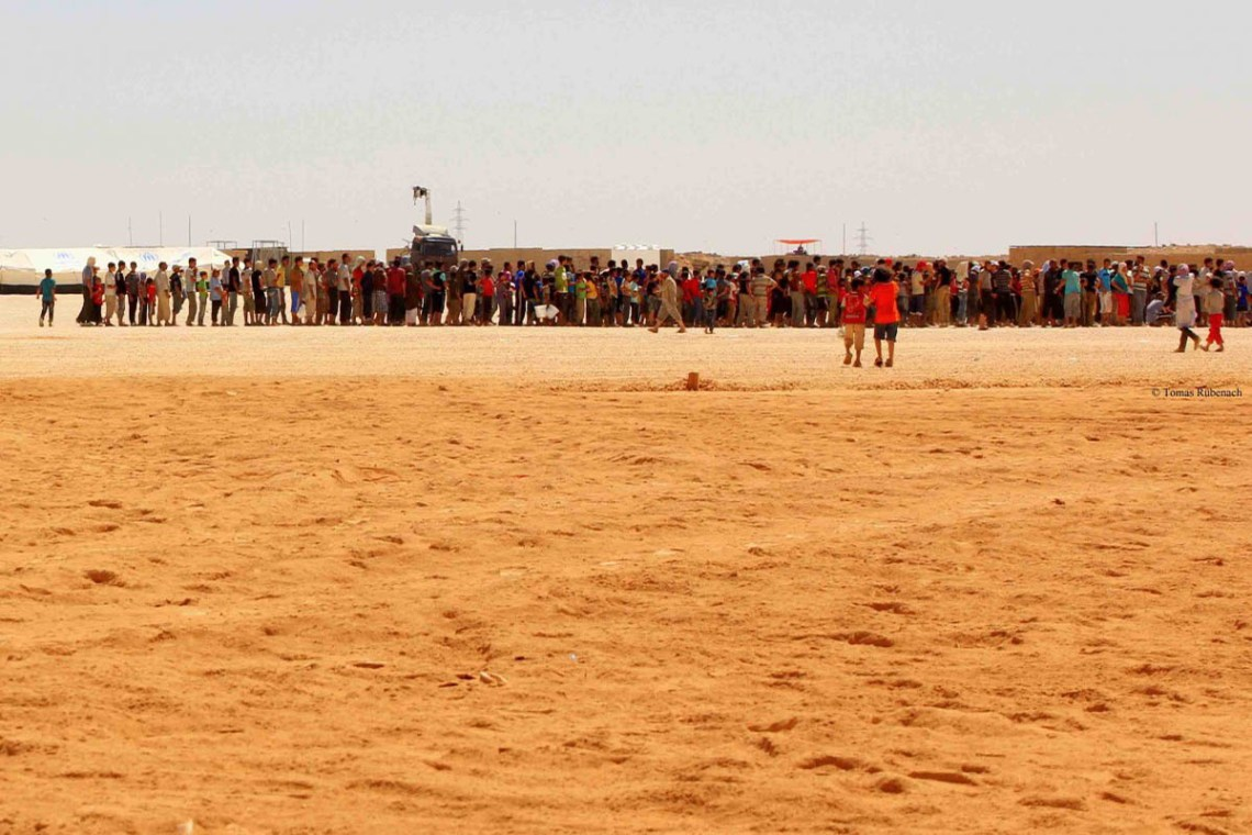 Refugees queuing for water in Zaatari © Tom Rübenach
