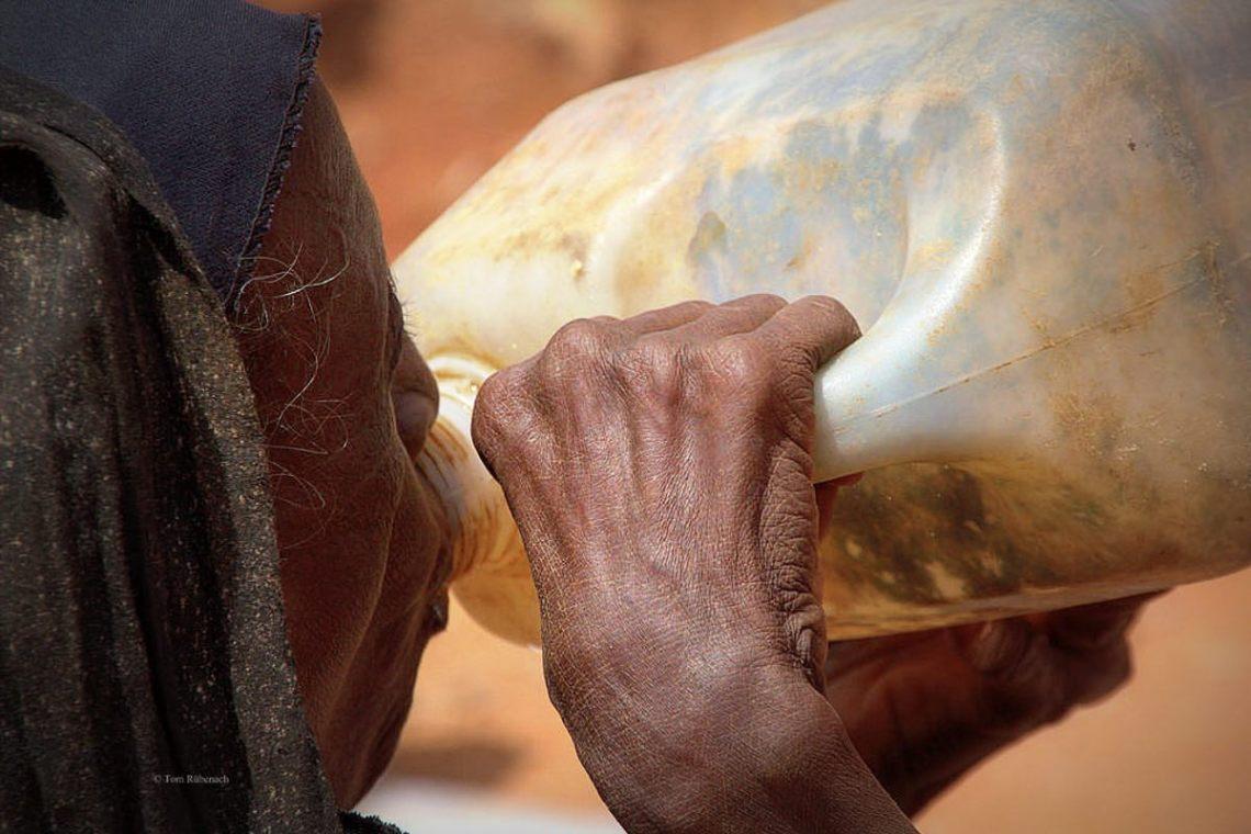Afrika: Die Würde beim Wasser trinken © Tom Rübenach
