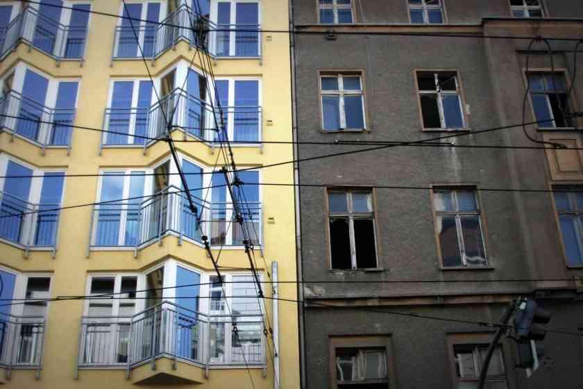 Zwei Häuser: links ein restauriertes und rechts ein altes, aus der Vor-Wende-Zeit, in Berlin. © Tom Rübenach