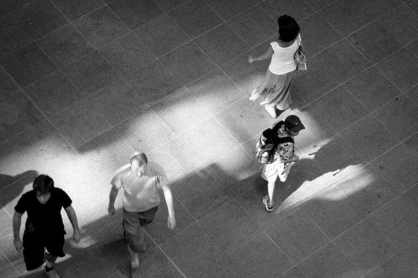 Verschiedene Menschen gehen in unterschiedliche Richtungen © Tom Rübenach