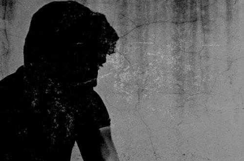Tag der Menschenrechte - Mann sitzt im Schatten © Tom Rübenach
