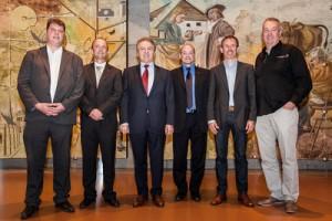 Yvan Perrin, Chef du Département de la gestion du territoire (DGT) entouré de François Thiébaud, président de Tissot et des lauréats Yann Kuenzi (Caves du Châteu d'Auvernier), Alain Gerber, Cédric Jéquier (Caves du Prieuré) et Jean-Michel de Montmollin (Domaine de Montmollin)