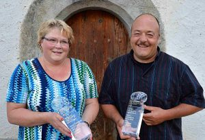Franziska et xxxxx Chervet et leurs deux trophées. (Photo APC).
