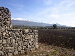 L'Etna et une curieuse pyramide de «pierres noires».