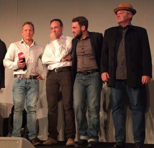 A gauche, l'équipe du Domaine de la Ville de Morges (l'œnologue Fabio Penta se tient le mention...) et Ivo Monti, auteur du meilleur vin rouge.