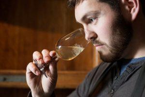 Le non-filtré 2016 a été présenté par l'Office des vins et du terroir chez Martin Porret, jeune œnologue du Domaine des Cèdres à Cortaillod.
