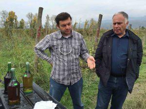 L'entrepreneur Ivane Guago (à droite) et son fournisseur de rkatsiteli.