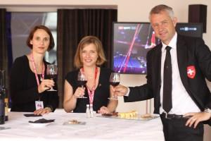 Nicolas Bideau en plein exercice de Delicatessen (et sa nappe), avec Claudine Esseiva (Femmes libérales-radicales) et la conseillère nationale Christa Markwalder