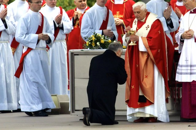 Pope Benedict XVI gives Polish President Holy Communion