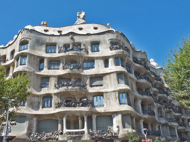 Curvy Apartment Building In Barcelona Spain The Casa Mila By Antoni Gaudi