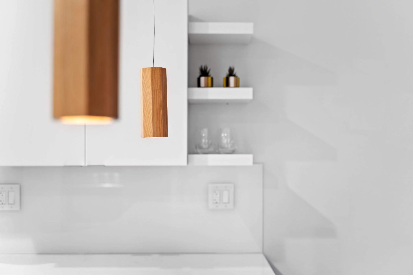 Detailed picture of a lightning fixture in the modern white kitchen